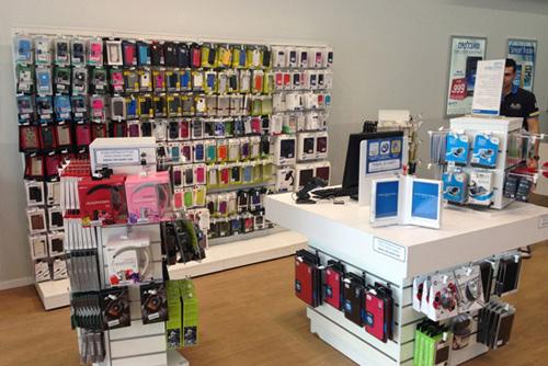 בתמונה: חנות אביזרים במרכז שירות של פלאפון