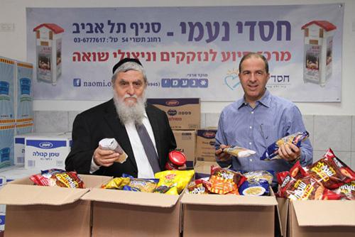 """תמונה: ישראל אייבי, סמנכ""""ל החטיבה העסקית עם יו""""ר ומייסד עמותת חסדי נעמי אשר פלאפון תרמה מאות חבילות מזון לנזקקים"""